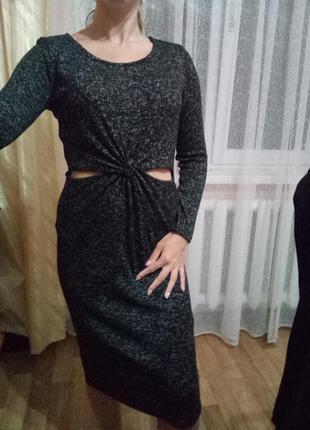 Теплое платье миди с вырезами на талии