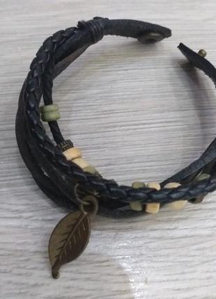 Стильный плетеный браслет на руку с подвесками и бусинами