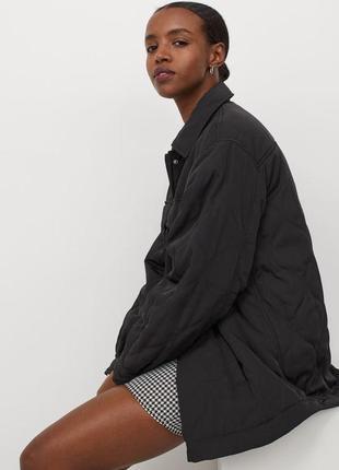 Стеганая куртка с легкой подкладкой из переработанного полиэстера.
