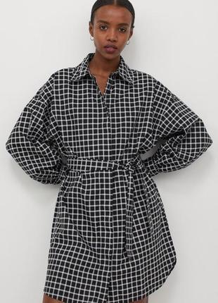 Платье-рубашка из хлопковой ткани с отложным воротником и потайной застежкой спереди.