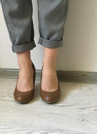 Коричневые туфли на низком каблуке