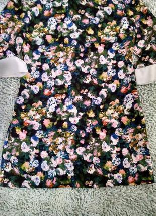 Яркое платье с воротничком в цветы