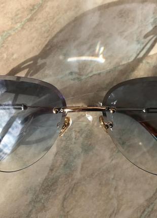 Стильные градиентные солнцезащитные очки.