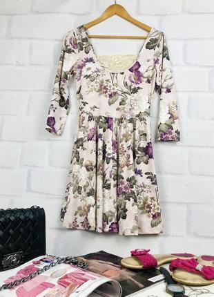 Нежное платье в цветочный принт с кружевом на спине
