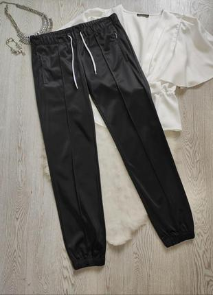 Черные деми утепленные спортивные штаны низкая талия посадка атласные на манжетах брюки