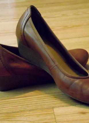 Кожаные женские туфли на низком каблуке на узкую ногу