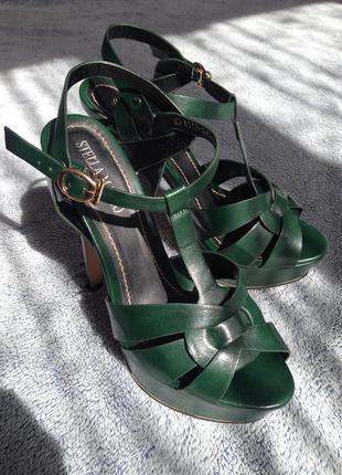 Зеленые стильные босоножки