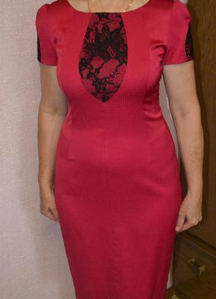 Очаровательное платье-футляр в идеальном состоянии.