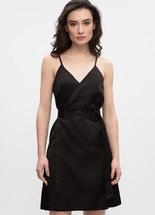 Актуальное черное атласное платье на бретелях