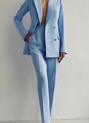 Голубой костюм брючный на пуговках