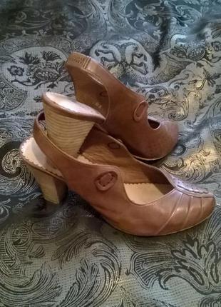 Удобные легкие сандалии известного бренда.
