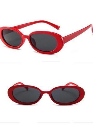 Стильные овальные очки в красной оправе