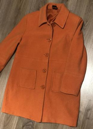 Яркое стильное пальто, прямого классического кроя