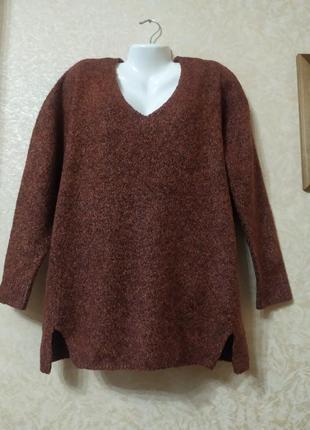 Пуловер с v- образным вырезом.