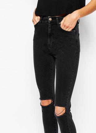 Чёрные джинсы скинни с высокой посадкой разрезами дырками вырезами на коленях