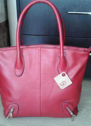 Яркая красная женская сумка