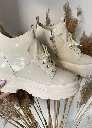 Бежевые кожаные ботинки
