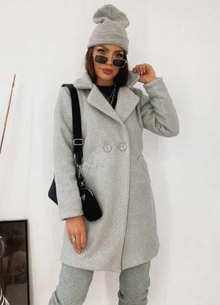 Трендовое серое пальто барашек