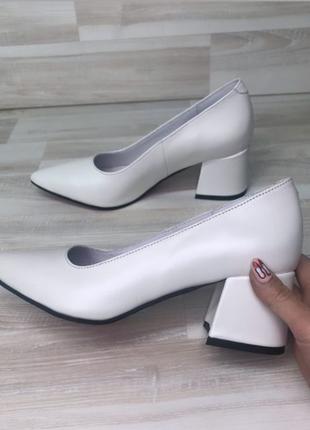 Белые кожаные классические туфли на каблуке