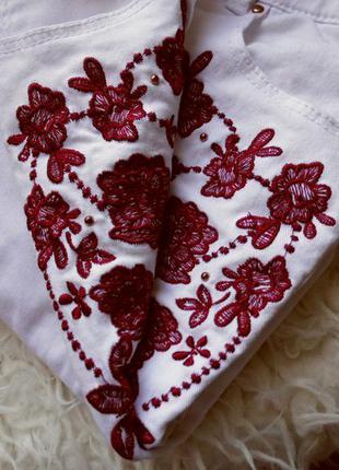 Актуальные белые скинни с вышивкой