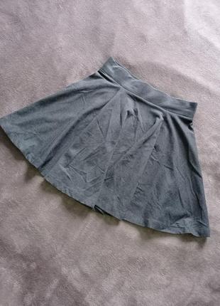 Серая короткая юбка