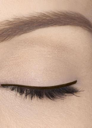Водостійкий олівець для контуру очей.