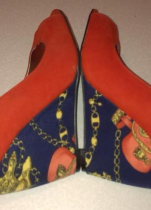 Ярко красные туфли на танкетке синей в морском стиле босоножки
