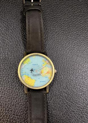 Необычные часы самолёт двигается