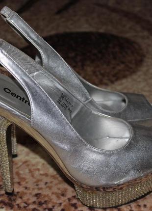 Серебряные туфли на высоком каблуке с камушками