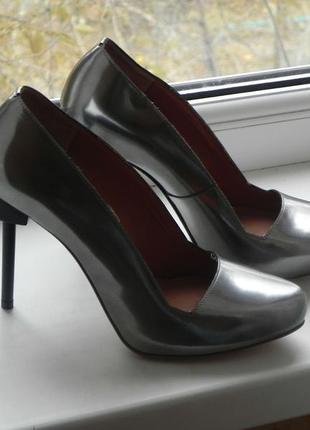 Элегантные туфли знаменитого бренда ,кожа.стелька 25см учитывайте что носочек