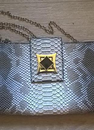 Модный клатч под змеиную кожу