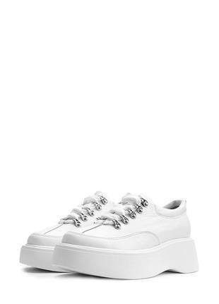 Стильные кожаные белые туфли на шнурке