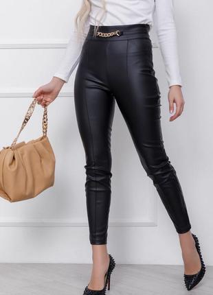 Черные кожаные брюки со стрелками