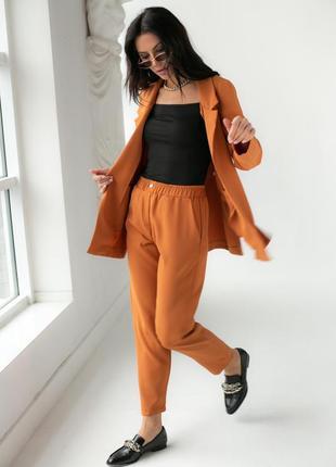 Брючный костюм с пиджаком светло коричневого цвета