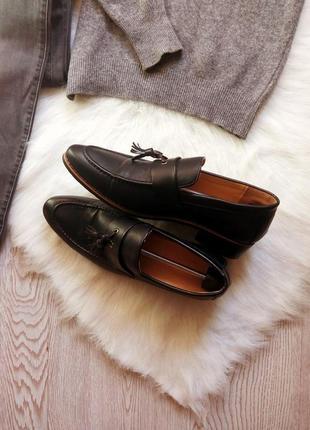 Черные кожаные мужские туфли на каблуке с кисточками висюльками острый круглый носок
