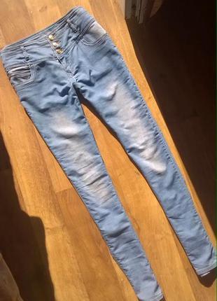 Голубые джинсы-скинни с завышенной талией