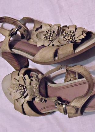Бежевые кожаные босоножки на среднем каблуке