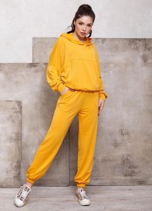 Желтый трикотажный костюм со свободной толстовкой