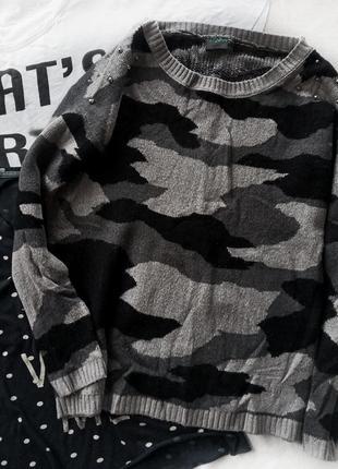 Модный свитер камуфляж с щипами