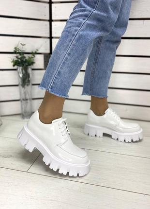 Кожаные наплак белые туфли на тракторной подошве