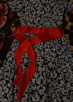 Красивое платье с коротким рукавом, вензеля