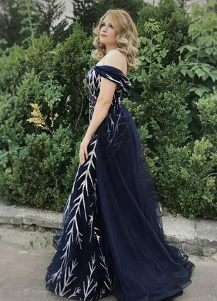 Синее с серебром платье выпускное длинное  со шлейфом спущенные плечи пышное русалочка