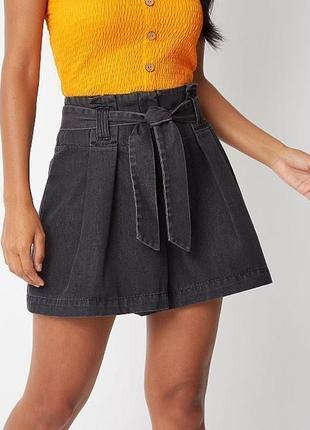 Актуальные джинсовые шорты из черного стираного денима высокая посадка и завязки