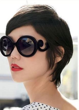 Стильные солнцезащитные очки с оригинальным оформлением. вишневые
