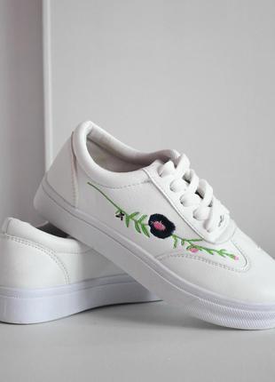 Белые кроссовки с вышивкой zara