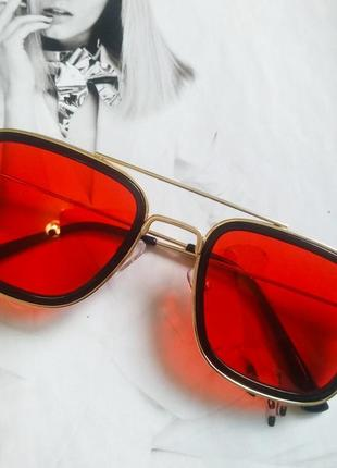 Солнцезащитные стильные очки в металлической оправе красный в золоте