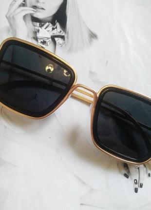 Солнцезащитные стильные очки в металлической оправе