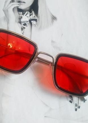 Солнцезащитные стильные очки в металлической оправе красный в серебре