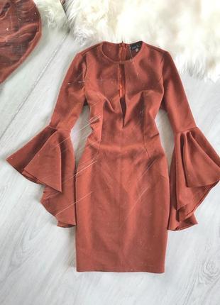 Платье с рукавами воланами и вырезом на груди
