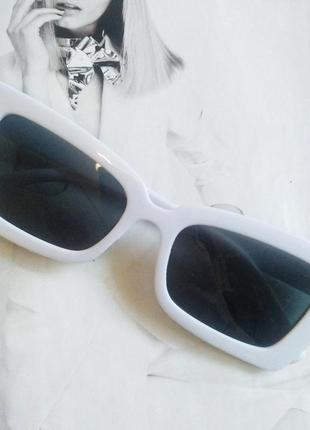 Солнцезащитные очки женские в широкой оправе с острыми краями белый